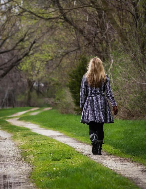 ItM-Persona-camina-sola
