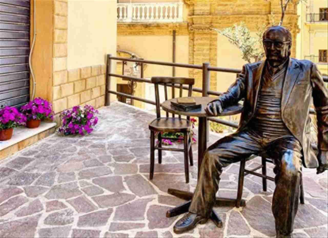 Statua-di-Andrea-Camilleri-nella-Piazzetta-dello-Scrittore-ad-Agrigento